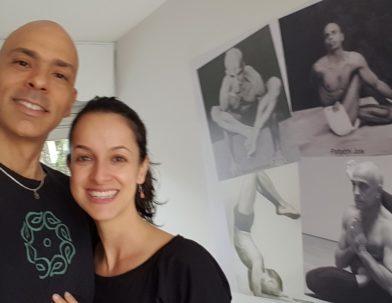 Vitor e Lidiane, em parceria, no mural de entrada do Ciência Meditativa de SJC, uma homenagem á tradição dos mestres de yoga.