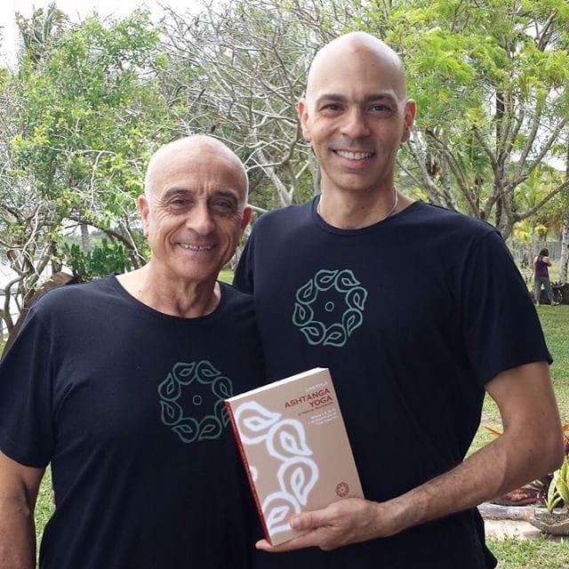 Vitor traduziu para o português a principal obra do Ashtanga Yoga, escrita por seu professor, Lino Miele, e Pattabhi Jois, que ensinou a vida toda o método aprendido por Krishnamacharya.