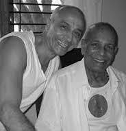 Jois com Lino Miele, um de seus principais alunos, único a escrever e publicar sobre o método ensinado por Jois e Krishnamacharya